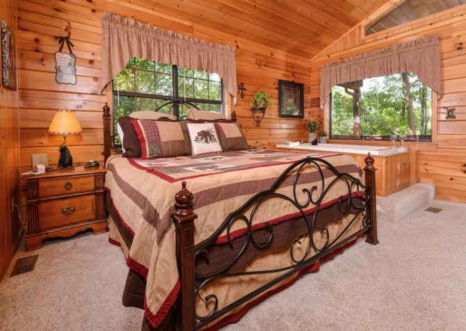 Pigeon Forge Cabin - Bear Essentials - Bedroom