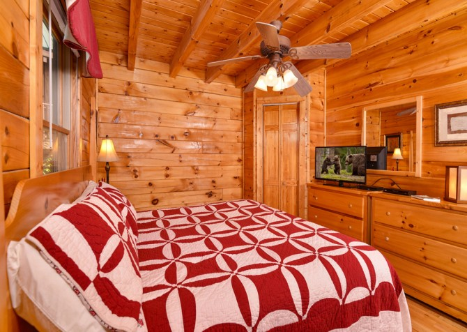 Pigeon Forge - Bear Footin' - Bedroom One