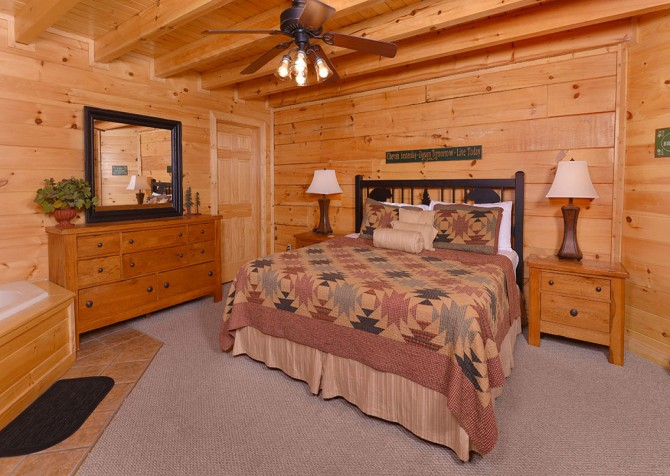 Pigeon Forge Cabin - Bear Maximum - Bedroom