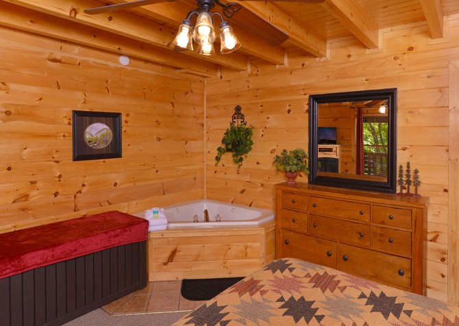 Pigeon Forge Cabin - Bear Maximum - Bedroom with Tub