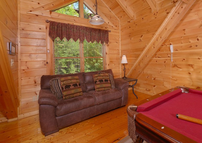 Pigeon Forge Cabin - Bear Maximum - Pool Table Couch