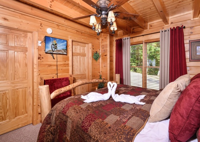 Pigeon Forge Cabin - Bearway To Heaven - Bedroom