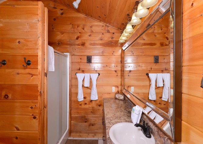Pigeon Forge Cabin - Bear In Love - Bathroom
