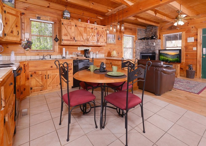 Pigeon Forge Cabin - Bear In Love - Kitchen with Dining Room