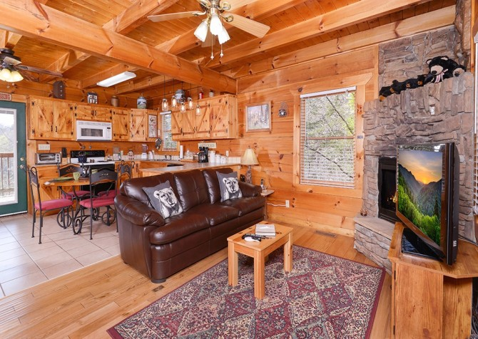 Pigeon Forge Cabin - Bear In Love - Living Room