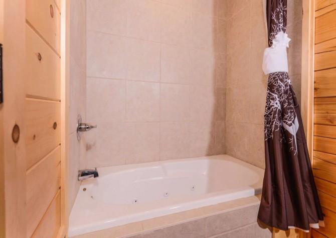 Pigeon Forge Cabin - Beaver's Mountaintop Retreat - Bathroom