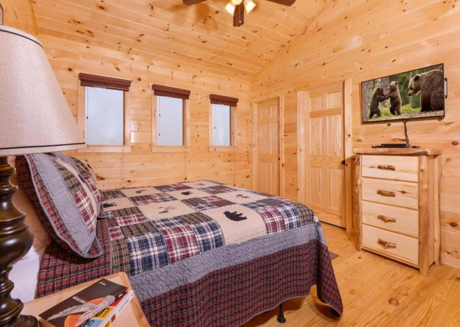 Pigeon Forge Cabin - Beaver's Mountaintop Retreat - Bedroom