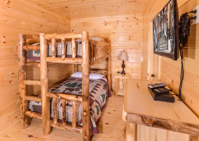 Pigeon Forge Cabin - Beaver's Mountaintop Retreat - Bedroom Bunk Beds