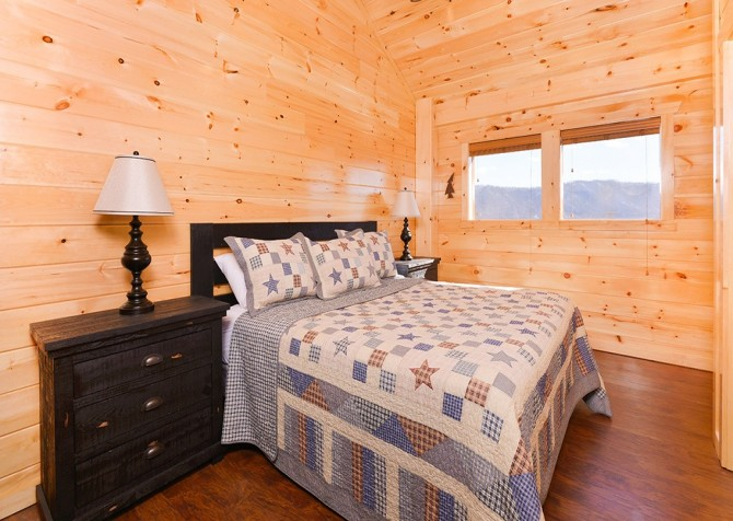Pigeon Forge Cabin - Beaver's Treehouse - Bedroom