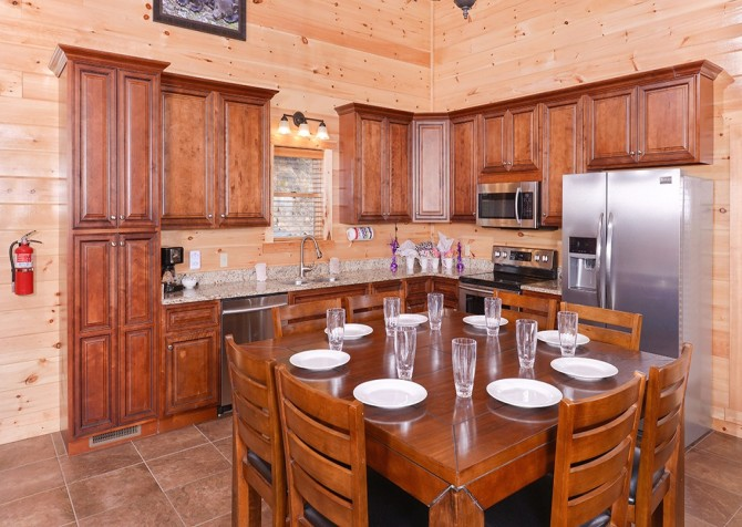 Pigeon Forge Cabin - Beaver's Treehouse - Kitchen Dining Room