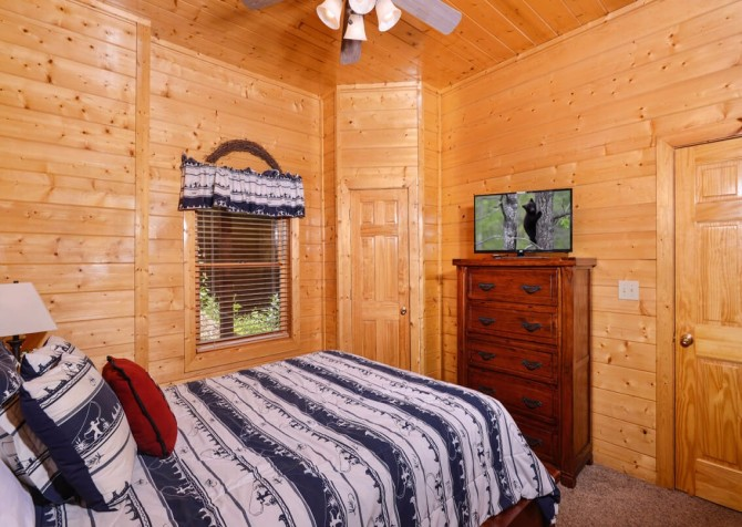 pigeon forge cabin – black bear ridge mountain views - bedroom