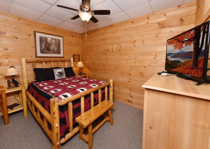 Pigeon Forge Cabin- A Li'l Bit of Heaven – Bedroom