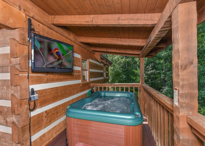 Pigeon Forge Cabin- A Mountain Hibernation – Hot Tub
