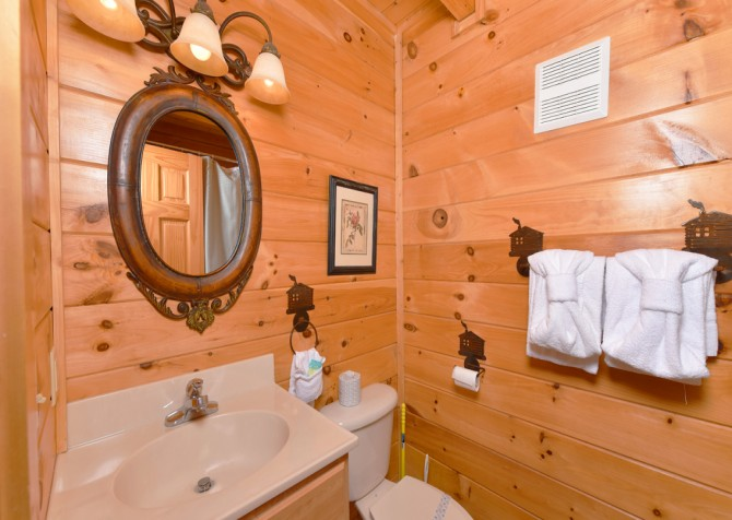 Pigeon Forge Cabin - A Wolf's Den - Bathroom