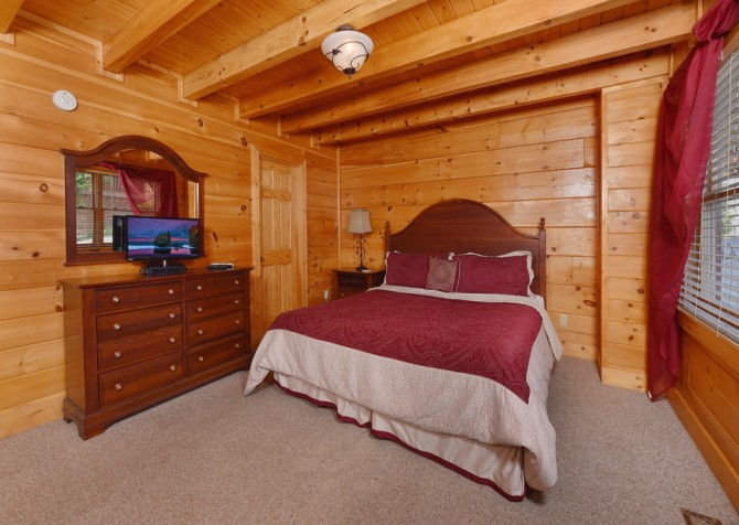 Pigeon Forge Cabin - A Wolf's Den - Bedroom