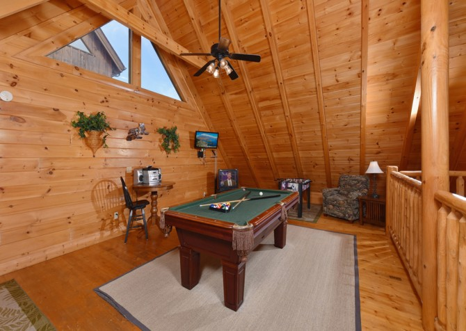 Pigeon Forge Cabin - A Wolf's Den - Rec Room