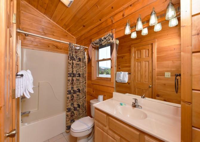 Pigeon Forge Cabin - Bear Footin Heaven - Bathroom