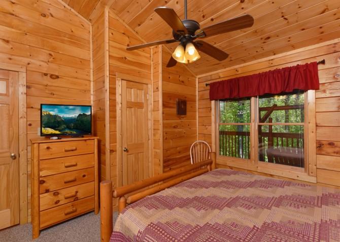 Pigeon Forge Cabin - Bear Footin Heaven - Bedroom