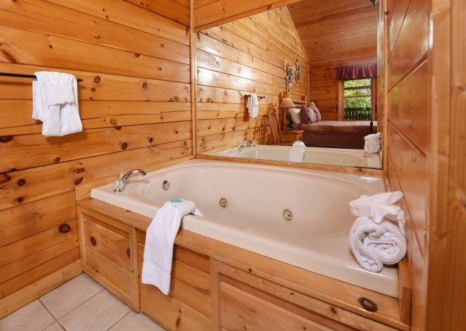 Pigeon Forge Cabin - Bear Footin Heaven - Indoor Jetted Tub