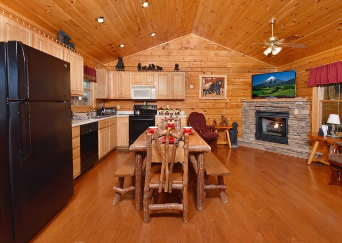 Pigeon Forge Cabin - Bear Footin Heaven - Dining Room/Kitchen