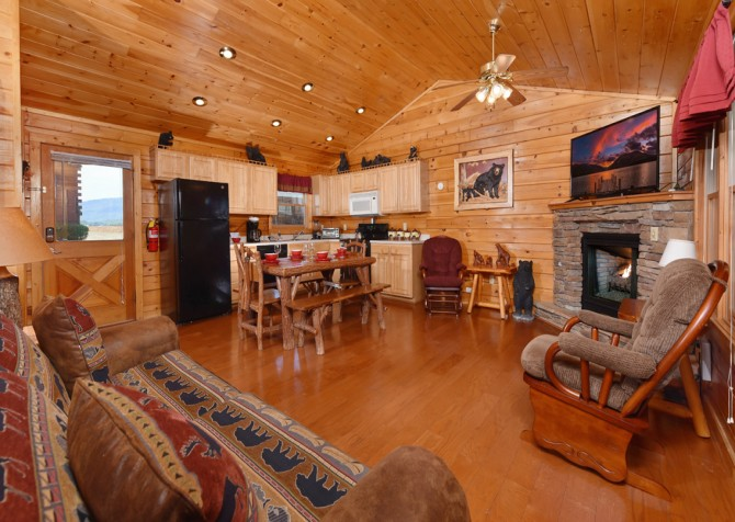 Pigeon Forge Cabin - Bear Footin Heaven - Living Room