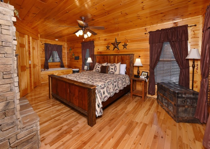 Pigeon Forge - Bear Hiney Hideaway - Bedroom