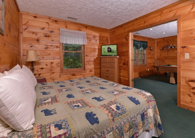 pigeon forge cabin – brink of paradise – bedroom