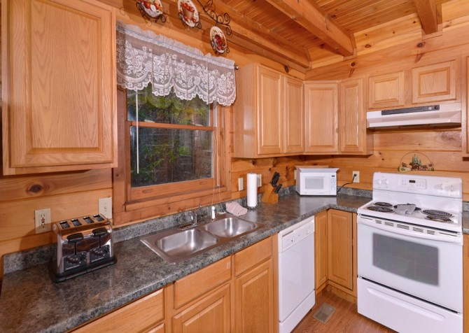 pigeon forge cabin – brink of paradise – kitchen