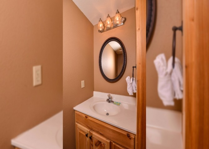 pigeon forge cabin – buckskin lodge – bathroom