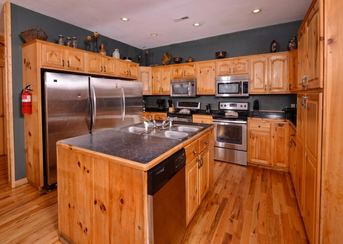pigeon forge cabin – buckskin lodge – kitchen
