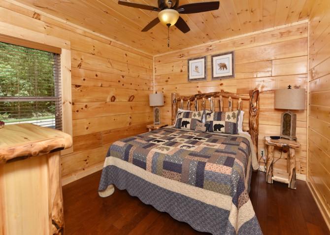 Pigeon Forge - Charlie Brown's Cabin - Bedroom