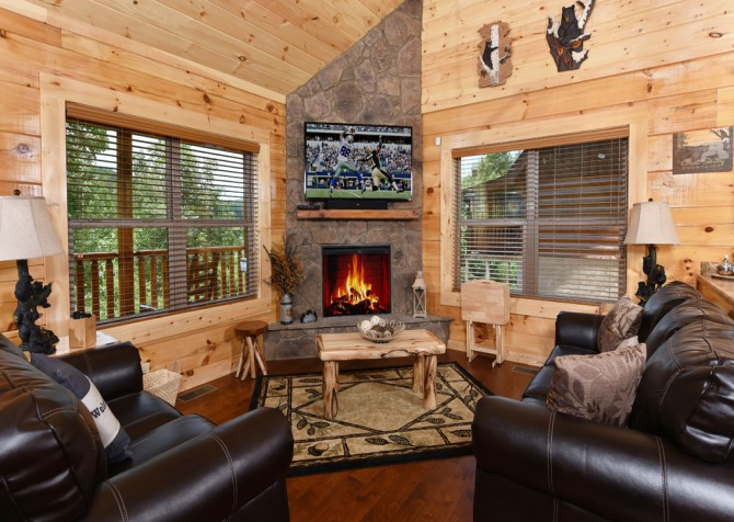 Pigeon Forge - Charlie Brown's Cabin - Living Room