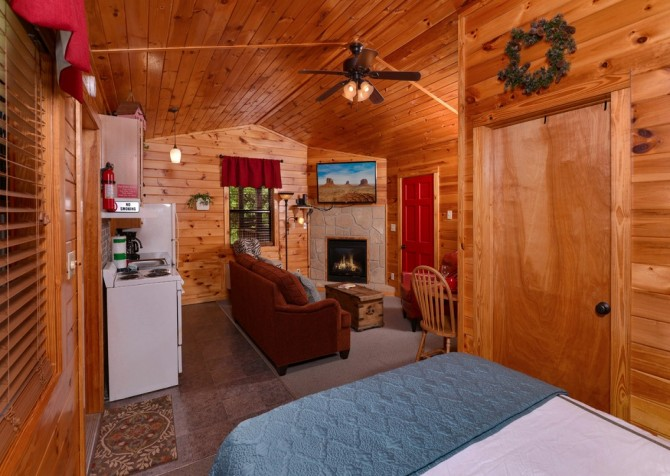 pigeon forge cabin – comforts me – bedroom