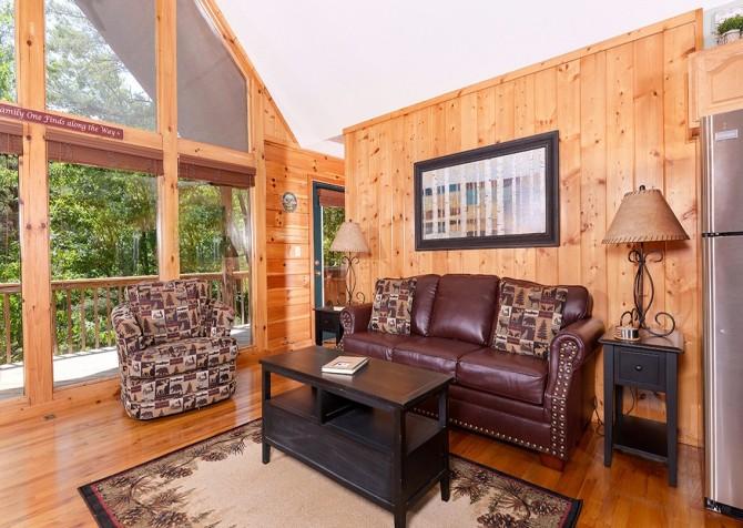 pigeon forge cabin – cozy corner – living