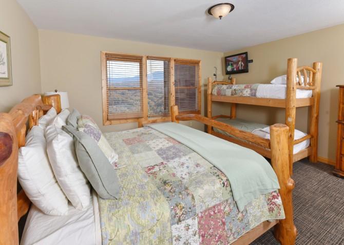 Pigeon Forge Cabin - Crestview Lodge - Bedroom