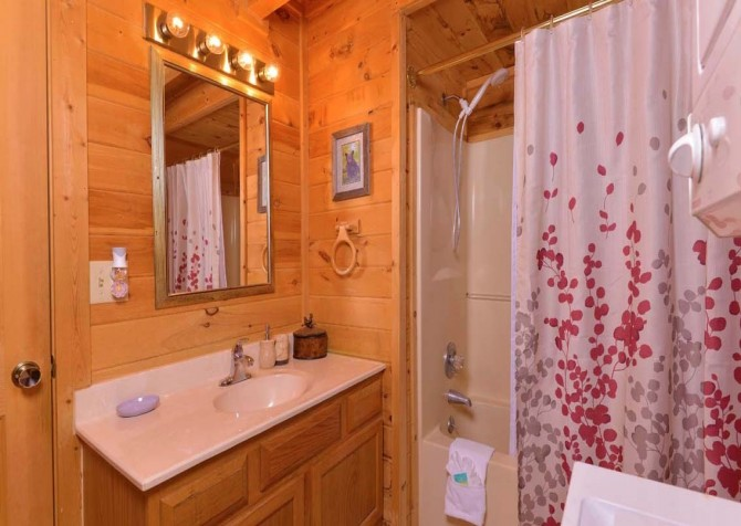 pigeon forge cabin – endless love – bathroom