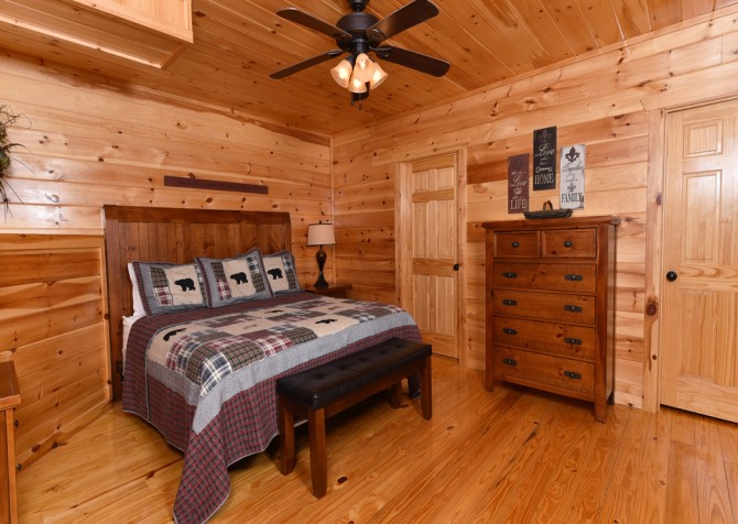 Pigeon Forge - Fitzgerald's Shamrock Chalet - Bedroom