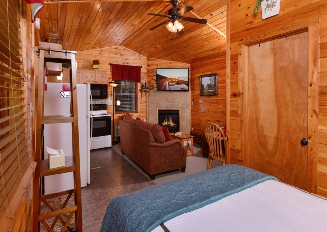 pigeon forge cabin – get outta dodge – bedroom