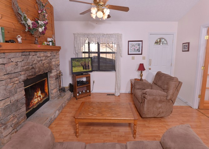 pigeon forge cabin – happy days – living room