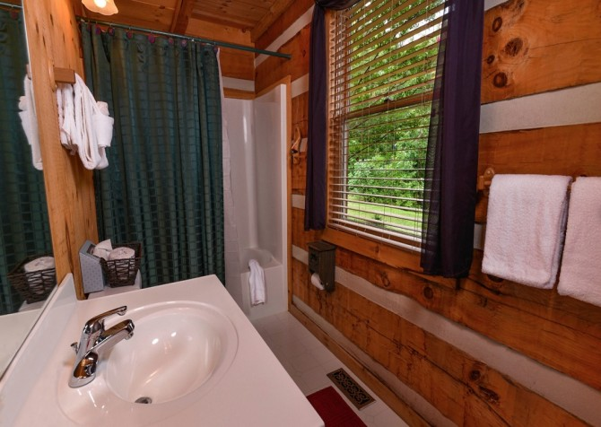 pigeon forge cabin – hard to leave – bathroom