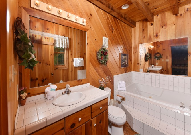Pigeon Forge Cabin - Heart's Desire - Bathroom