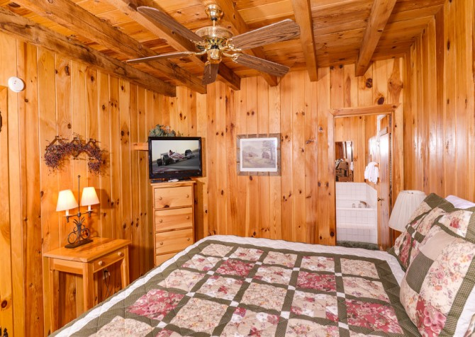 pigeon forge cabin – hearts desire – bedroom