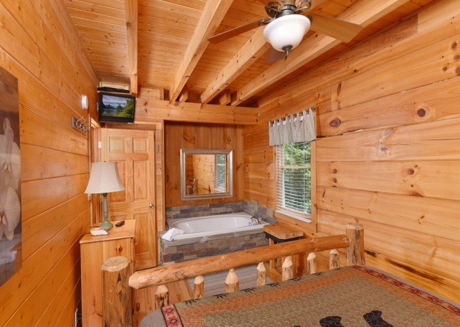Pigeon Forge Cabin - Hiker's Hideaway - Bedroom/Indoor Jetted Tub