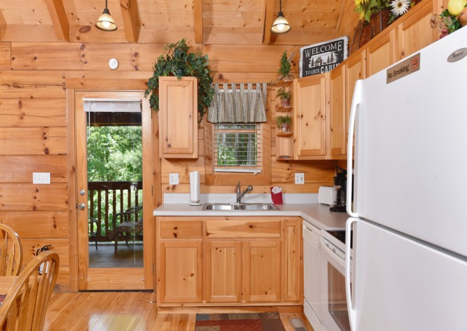 Pigeon Forge Cabin - Hiker's Hideaway - Kitchen
