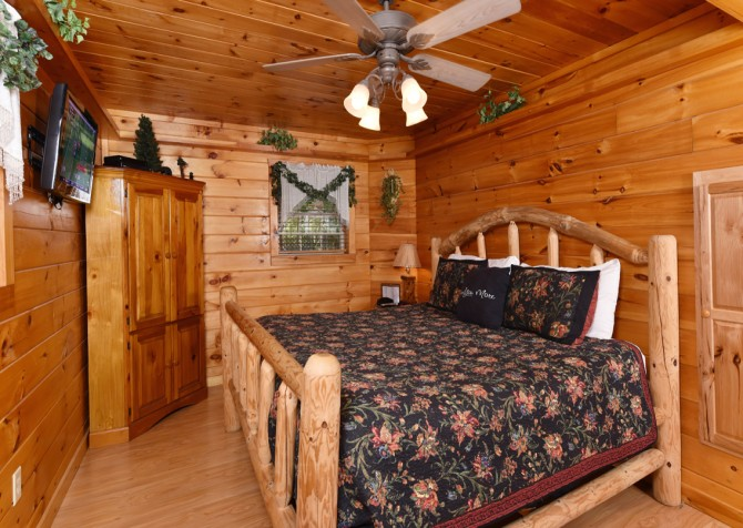 Pigeon Forge Cabin - Hooked On Love - Bedroom