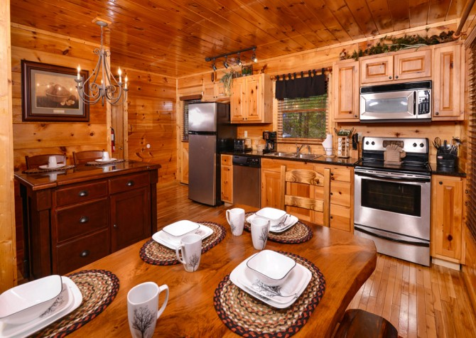 Pigeon Forge - The Looney Bin - Dining & Kitchen Area