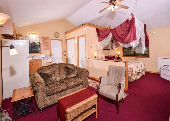 Gatlingburg  - Lorin Aleah - living room