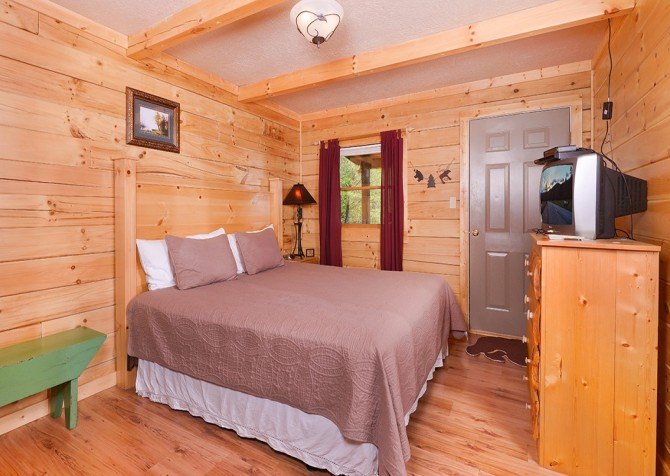 Pigeon Forge - Mountain Breeze - bedroom