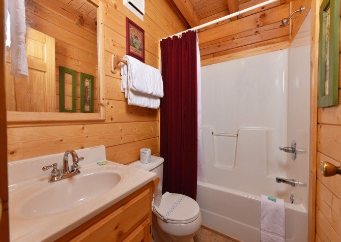 Pigeon Forge - Mountain Time - bathroom