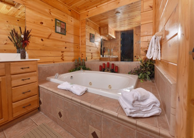 Pigeon Forge Cabin - Owlpine Lodge - Indoor Jetted Tub